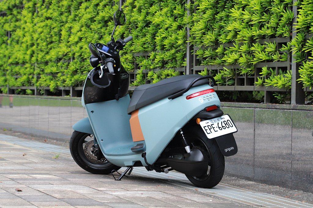 但因為使用的車架不同,Gogoro VIVA XL的車身長度以及軸距都比Gogo...