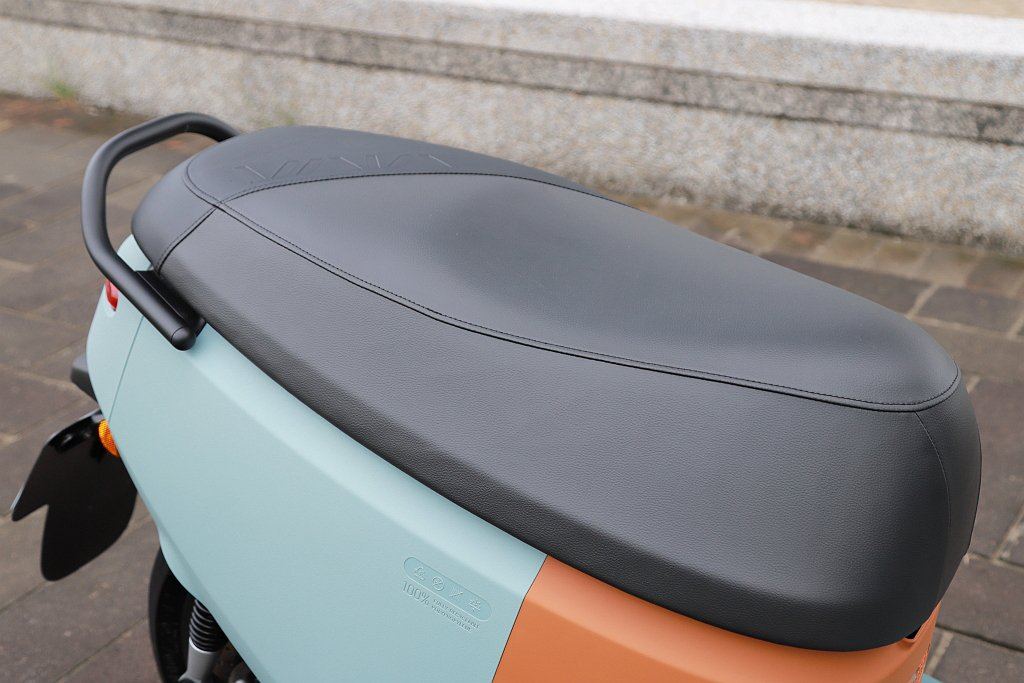 Gogoro VIVA XL還有更長的810mm坐墊長度,讓兩名大人雙載時可以更...