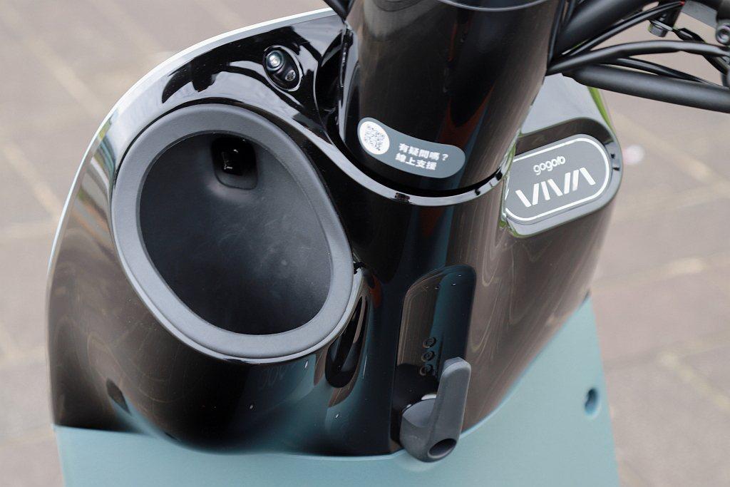 Gogoro VIVA XL置杯架比Gogoro VIVA MIX更深、開口大,...