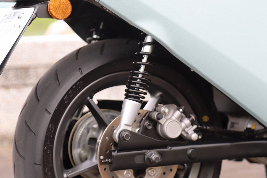 Gogoro VIVA XL後懸吊彈簧採上疏下密設計,可增加承載支撐力並對行路舒...