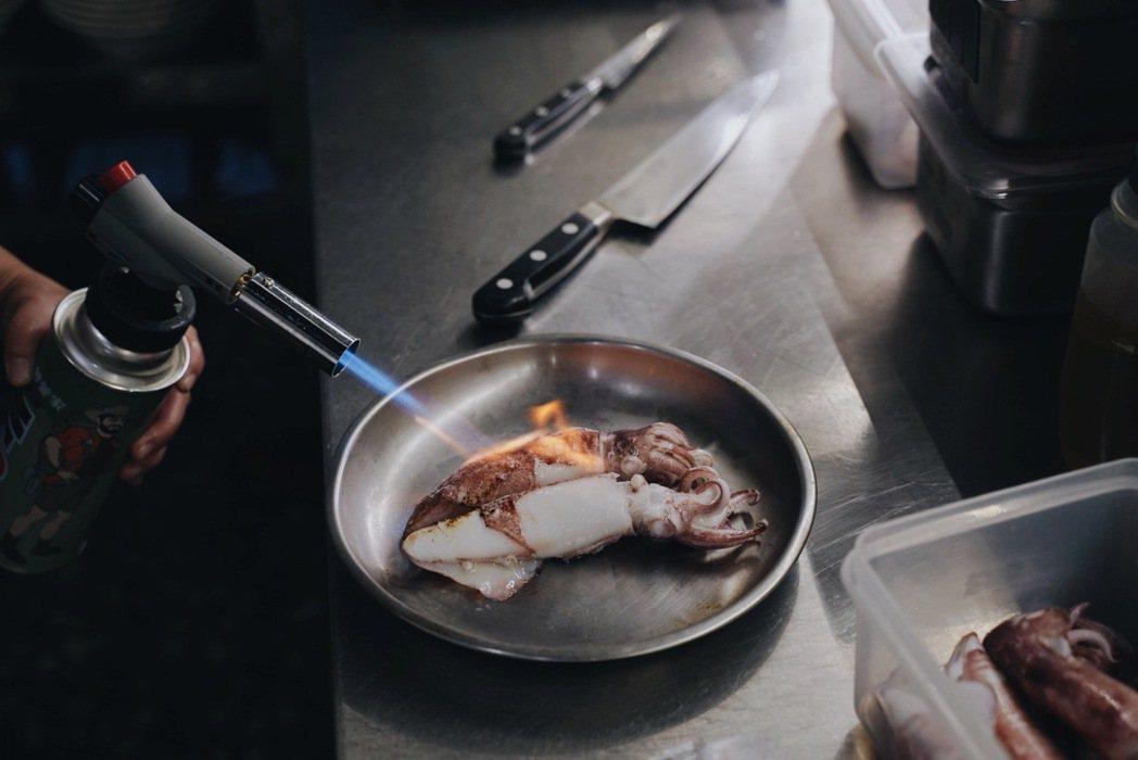 從北海岸新鮮送來的小卷,是當令好食材,本次運用在喬治快閃麵吧的「雞湯小卷細麵」裡...
