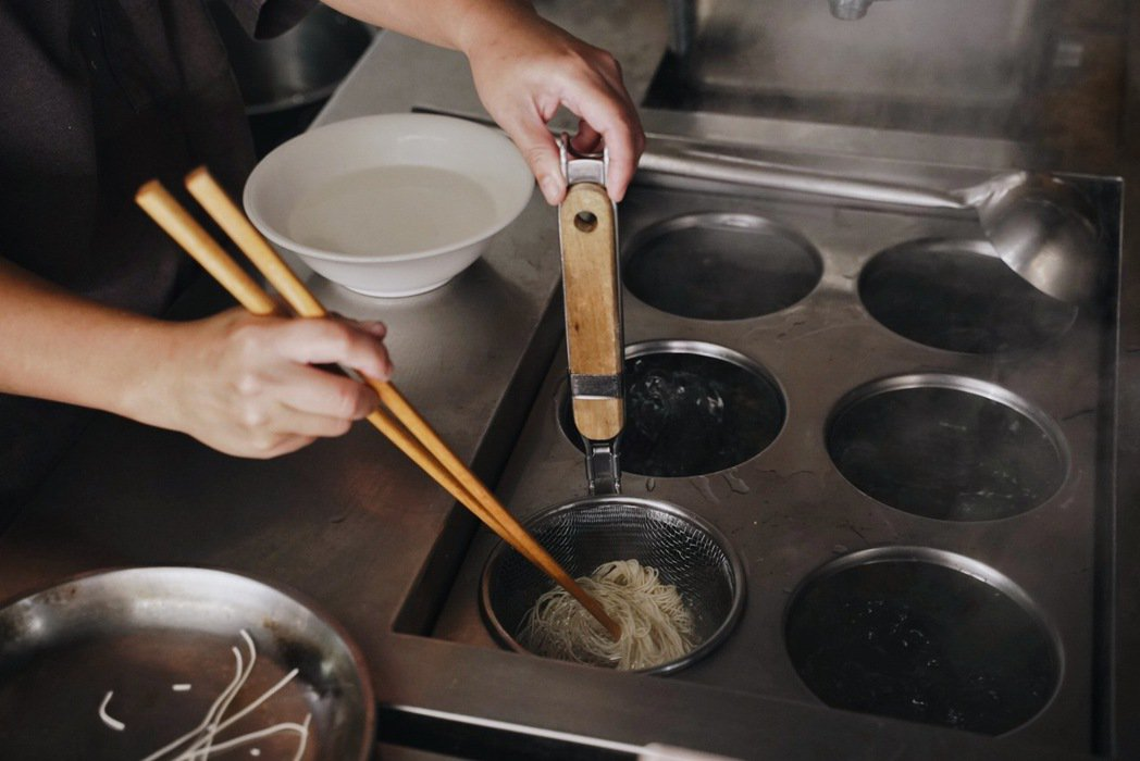 團隊遍尋比較台南哪一款關廟麵最適合與湯頭平衡融合,嘗試好幾輪終於選定。 圖/沈佩...