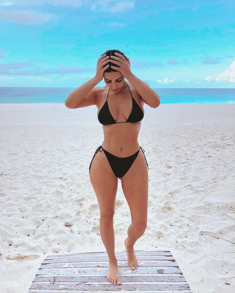 金卡戴珊性感詮釋泳裝,在湛藍海邊度假。圖/取自IG