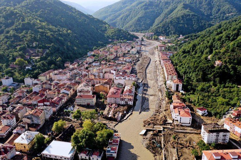 土耳其北部黑海地區的暴洪,死亡人數增至44人,各省共2347人由直升機撤離。 路透