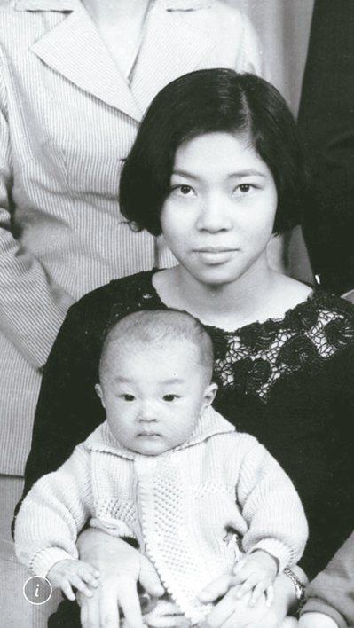 和媽媽唯一的一張合照。圖/許家銘提供