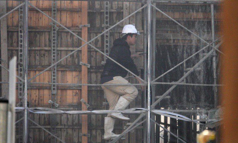 大台中不動產開發公會理事長王至亮說,國內營建工人平均年齡逾55歲,年輕人不願投入,出現人力斷層,近期科技業祭出重金搶工,缺工問題雪上加霜。圖/聯合報系資料照片