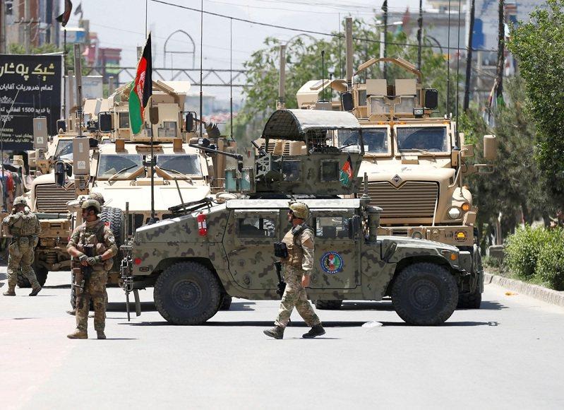 阿富汗政府軍之所以分崩離析,徵兆早在美國總統拜登宣布美軍將於9月11日撤退之前的5月底至6月初就開始。路透