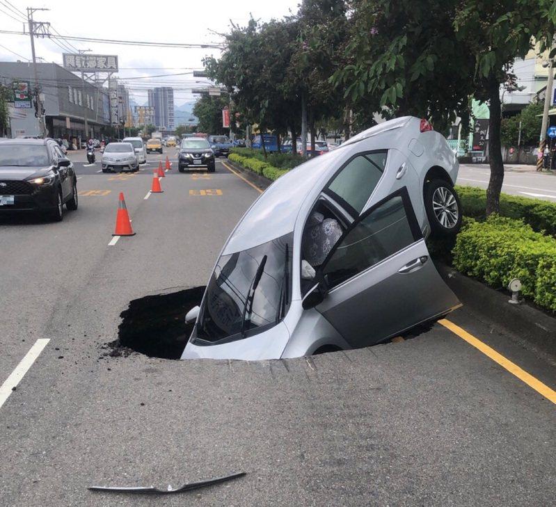 台中市文心南路、東興路口11日出現1個大坑洞,林姓婦人駕車經過,掉入洞裡受傷送醫。圖/民眾提供