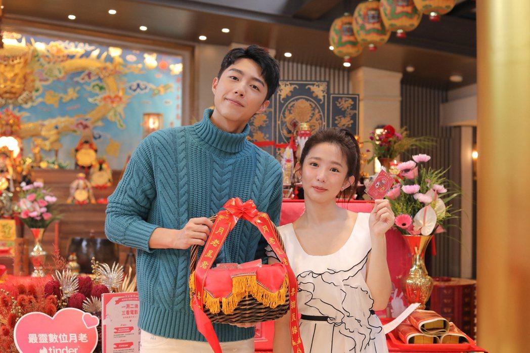 郭書瑤(右)和蔡凡熙,七夕當天參拜月老求紅線。圖/皮諾丘電影提供