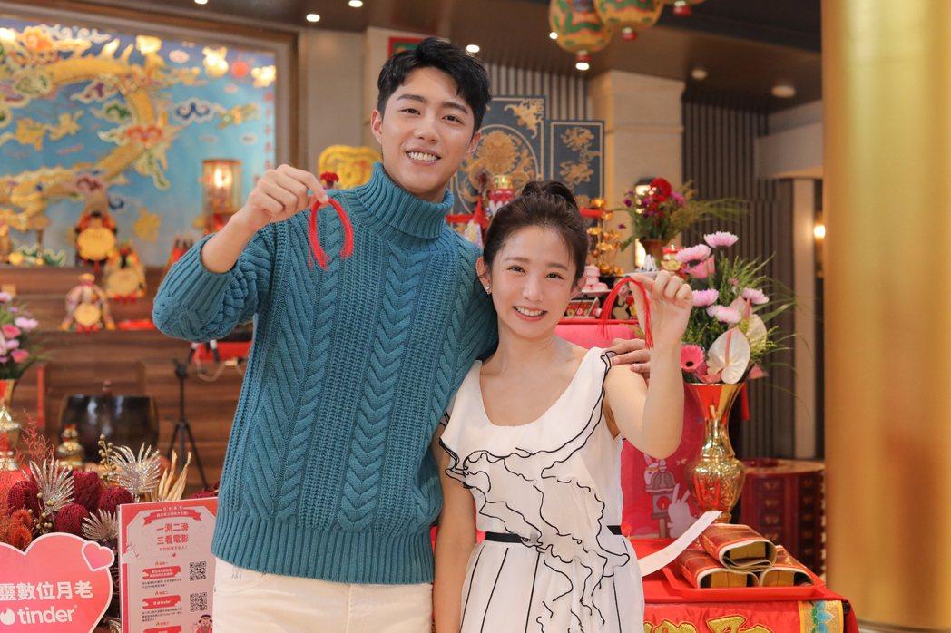 郭書瑤(右)和蔡凡熙,七夕當天參拜月老,為新片「再說一次我願意」宣傳。圖/皮諾丘