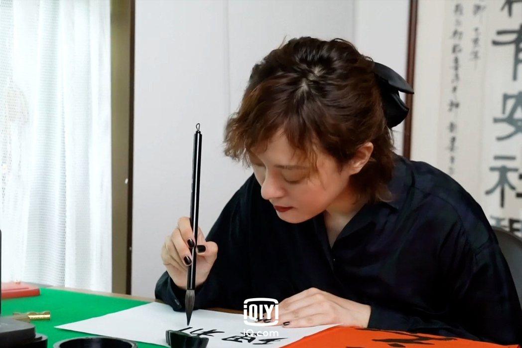 孫儷平常很愛寫書法,為「理想之城」題字。圖/愛奇藝國際站提供