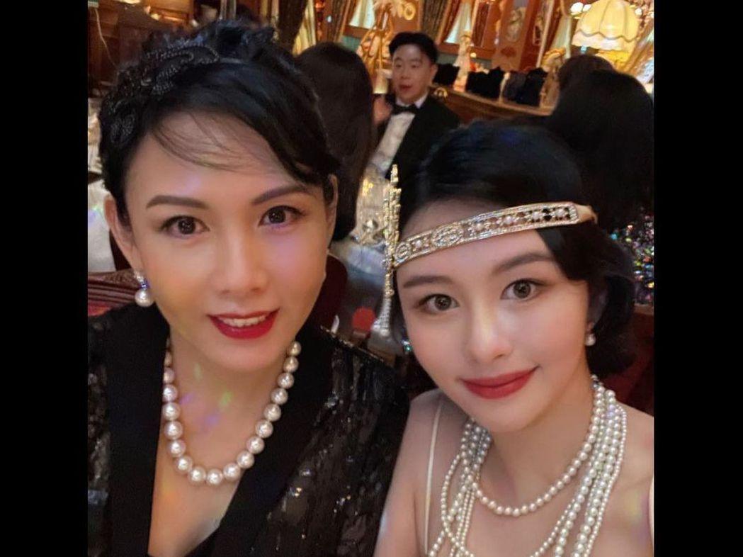 邱淑貞(左)大女兒沈月日前舉辦20歲生日派對,母女同框,皆是美女。圖/摘自IG