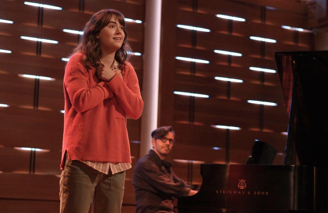 艾米麗雅瓊斯在新片「樂動心旋律」展現動人歌喉,也有比手語的溫馨表演。圖/APPL...