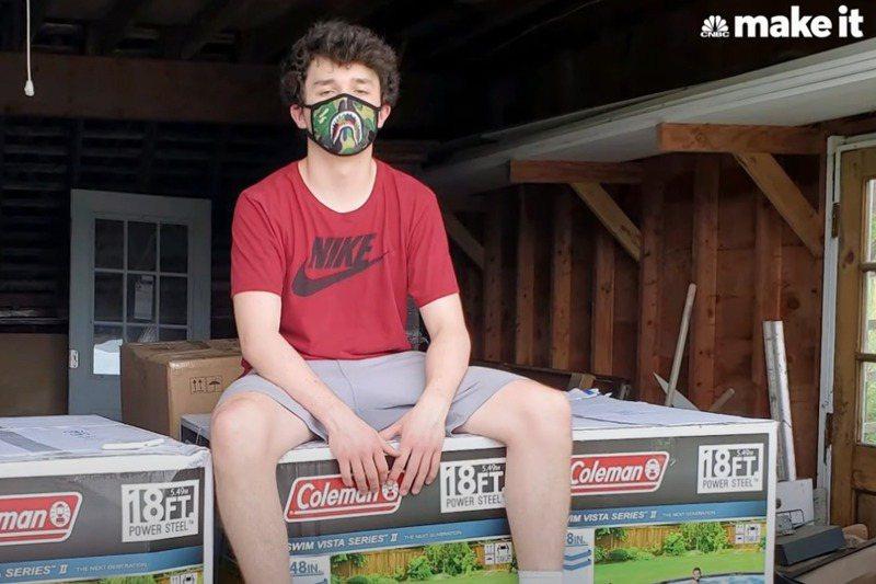 美國高中生海登在疫情下做起轉售生意,賺進大把鈔票。圖/翻攝自YouTube/CNBC Make It