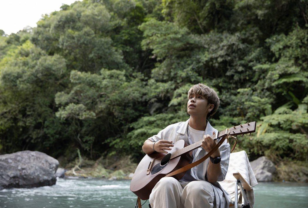 鼓鼓在烏來山區美景中拍攝新歌MV。圖/相信音樂提供