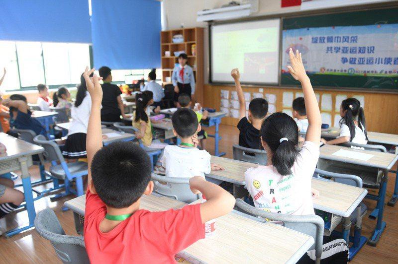 大陸祭出「雙減政策」,補教業步入寒冬,圖為浙江杭州的一個官辦暑托班,宣稱為家長緩解小學生暑假「看護難」的問題。(中新社)