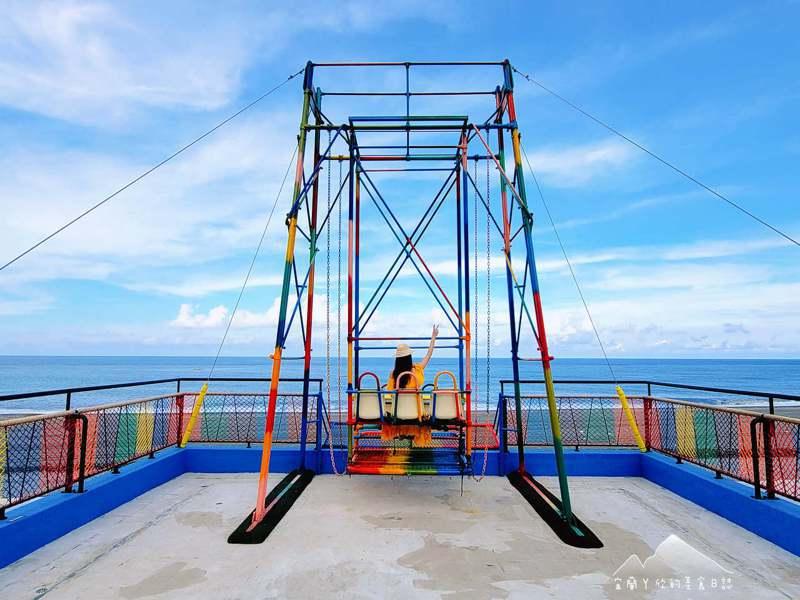 漢本觀海平台的七彩鞦韆為宜蘭最新夯點,鞦韆盪至高處時懸空的感覺十分刺激,眼前還有海天一線的美景。圖/宜蘭ㄚ欣的美食日誌授權