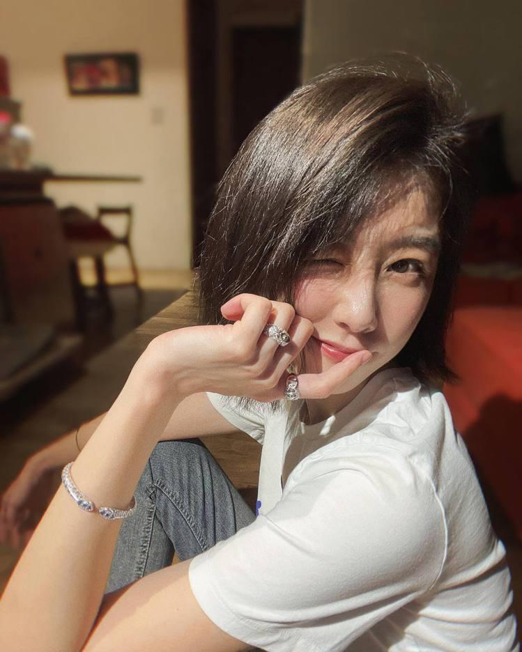 邵雨薇在臉書貼出一系列美照,略施淡妝以白色T恤和牛仔褲的造型,搭配了APM mo...