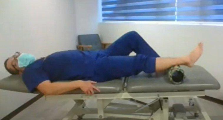4.躺床上用滾筒鬆小腿。 圖╱WaCare課程影片提供