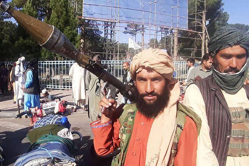 美國撤軍阿富汗之際,神學士已逐步控制阿國全境。圖為一名神學士戰士本月13日在赫拉特市路邊,舉著火箭推進榴彈。法新社