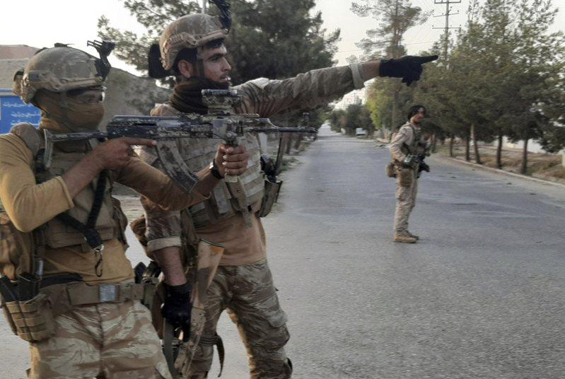 自美國宣布撤軍阿富汗,武裝組織塔利班大舉攻城掠地,還不到8月31日的最後撤軍期限,塔利班就已兵臨首都城下,逼迫政府和平轉移政權。 美聯社