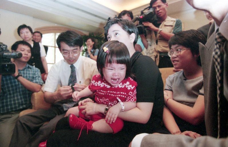 1997年8月15日水痘疫苗於國內上市。藝人傅娟(中)抱著女兒歐陽妮妮施打疫苗;左白衣者為台灣感染症醫學會名譽理事長、台大兒童醫院長黃立民。圖/聯合報系資料照片