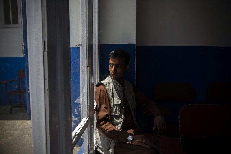 曾擔任美軍口譯4年的阿國人瓦利薩達,因於擔心神學士報復,現在過著到處搬家躲藏的日子。圖/取自紐約時報