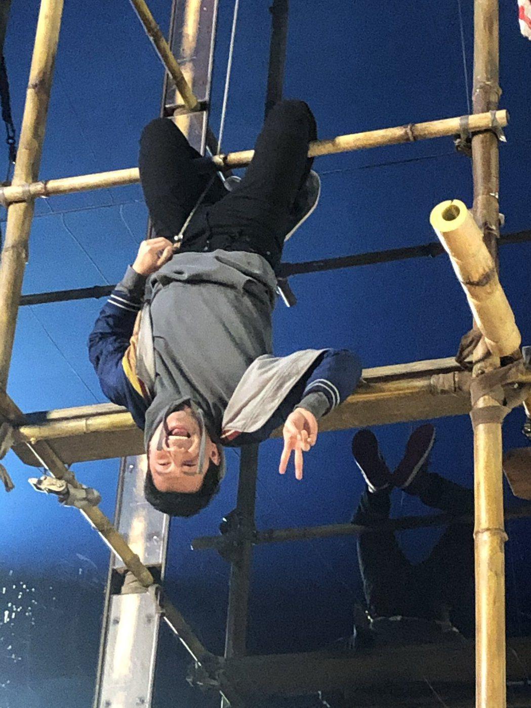劉思慕在「尚氣與十環傳奇」動作場面拍攝空檔藉機搞笑。圖/摘自twitter