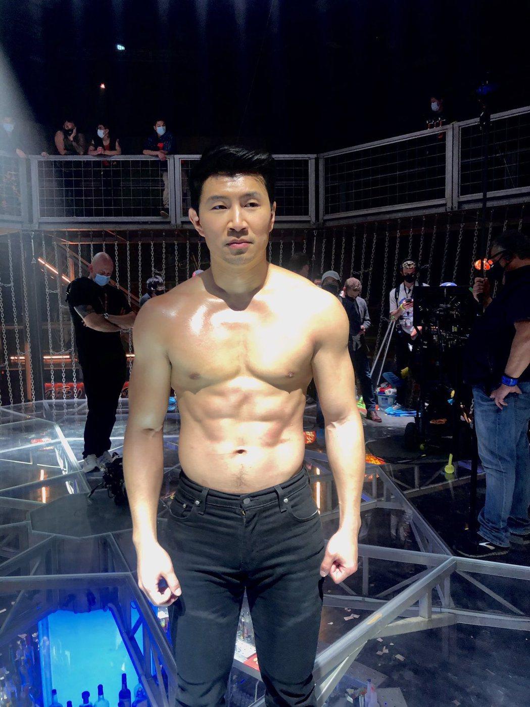 劉思慕為演出「尚氣與十環傳奇」,維持健壯體格。圖/摘自twitter