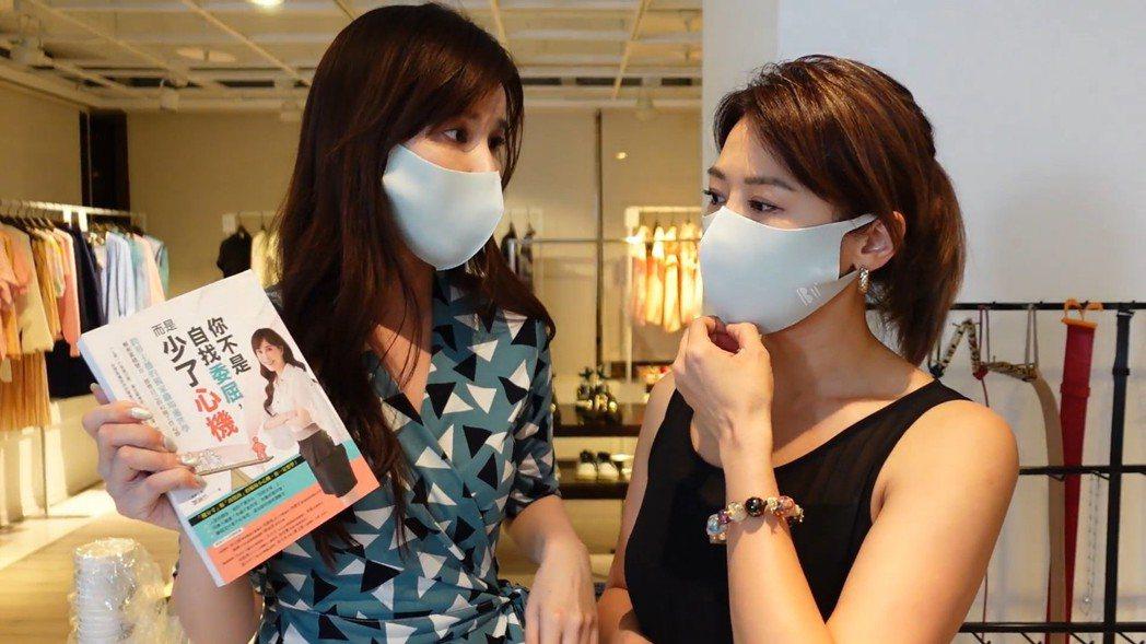 劉涵竹(左)送上自己的書給連靜雯。圖/楠軒工作室提供