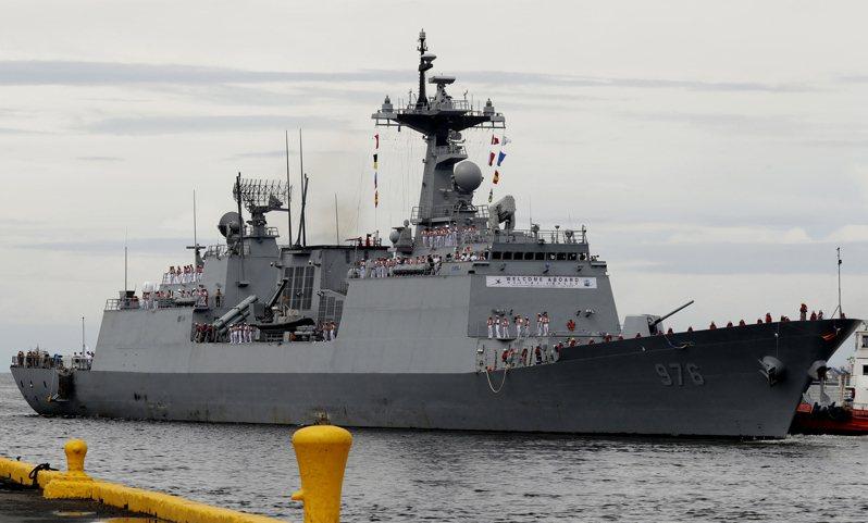 南韓軍艦「文武大王號」七月時爆發新冠病毒群聚感染,艦上三百人超過八成確診。美聯社