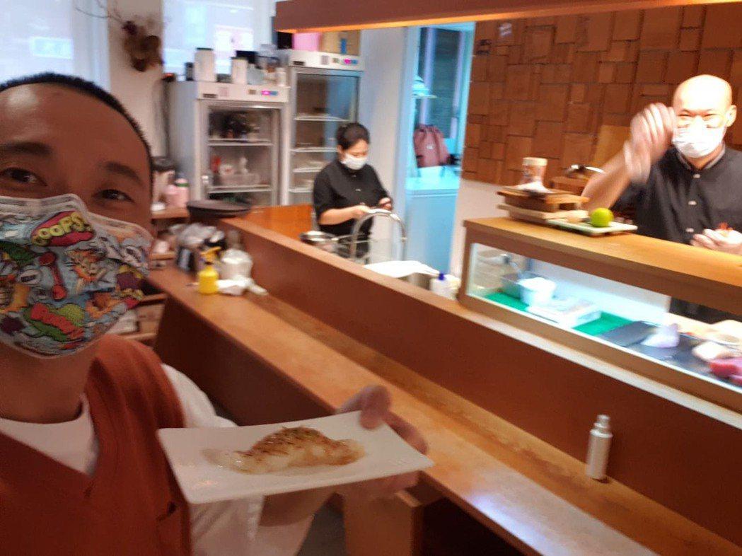 浩子(左)解封後到好友的「俞壽司」店裡走走,看到老闆在疫情期間苦撐,心中五味雜陳...