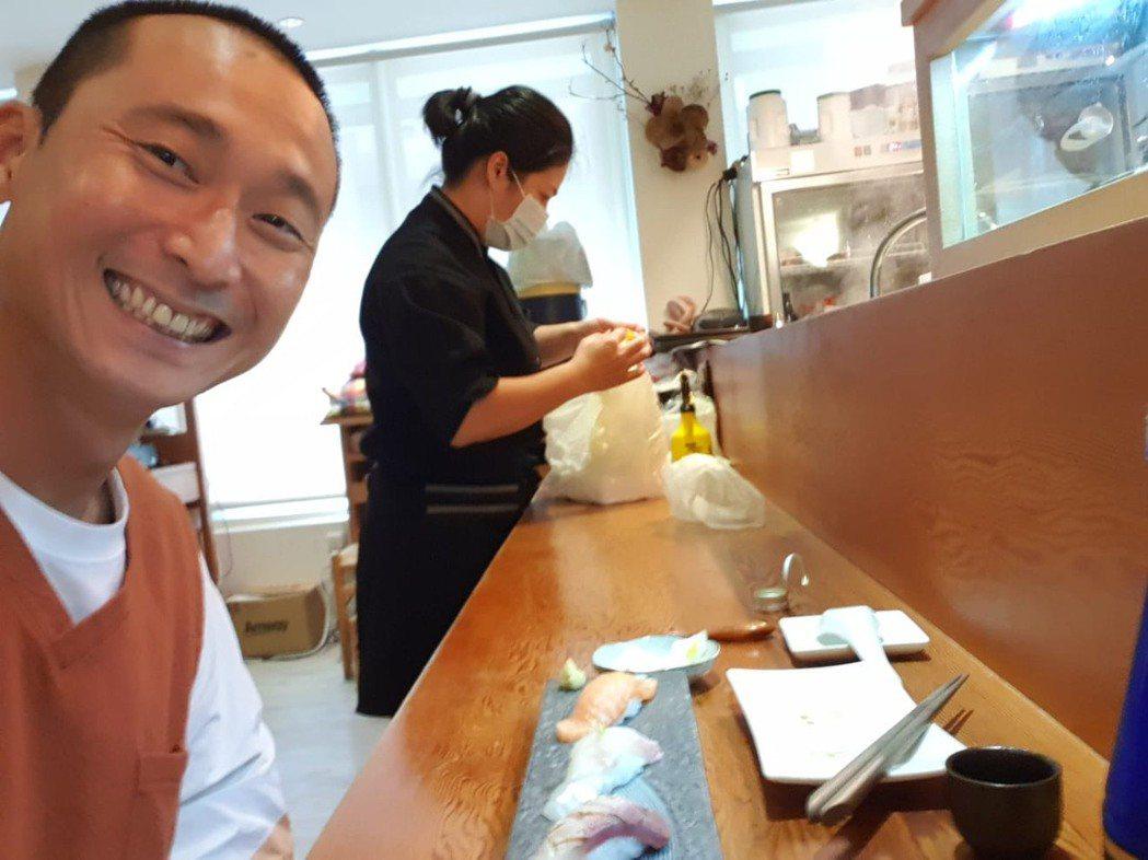 浩子(左)解封後到好友的「俞壽司」店裡走走,心中無限感觸。圖/浩子提供
