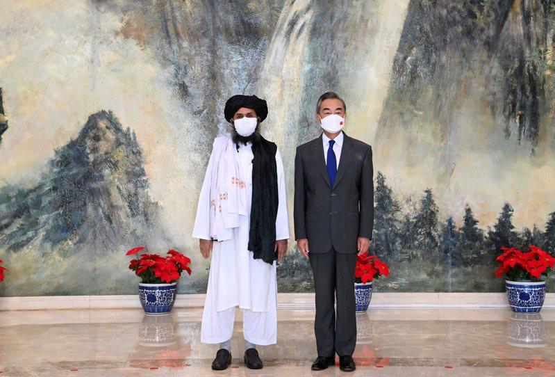中國外長王毅(右)7月28日在天津會晤阿富汗神學士組織的政治領袖巴拉達,以期穩住雙方的關係。路透