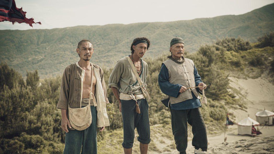 雷洪(右起)、吳慷仁、夏靖庭在「斯卡羅」劇中分飾閩南族、客家、平埔族頭人。圖/公...