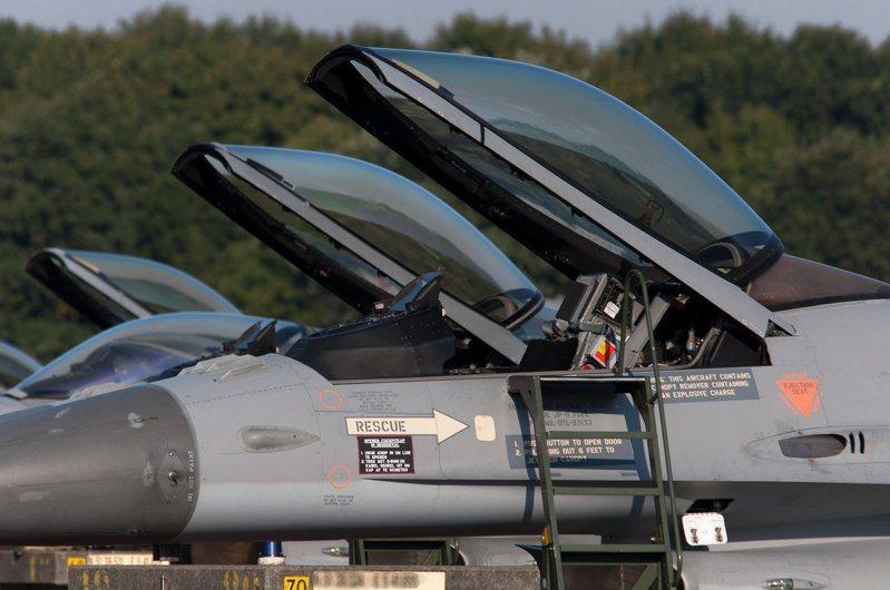 F-16的艙罩與風擋合為一體,飛行員前方沒有阻礙視界的隔框。圖/維基百科共享資源