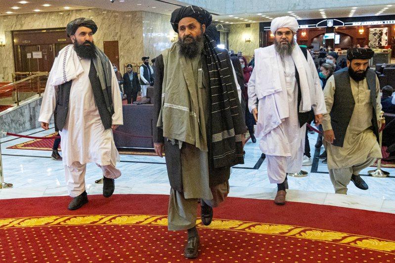 阿富汗神學士二號首腦、政治委員會負責人巴拉達爾(中)7月底訪問天津,與中國大陸外交部長王毅會談,國際紛紛猜測中國是否將率先承認神學士為阿富汗合法政府。路透
