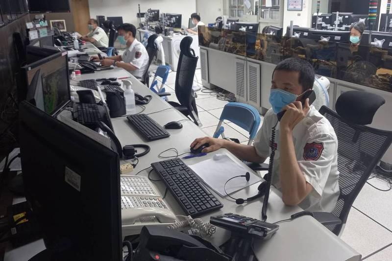 台南市消防局救災救護指揮中心,值勤員24小時受理報案電話。記者黃宣翰/攝影