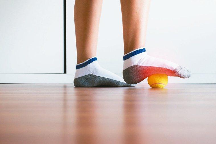 網球壓腳底運動。圖/123RF