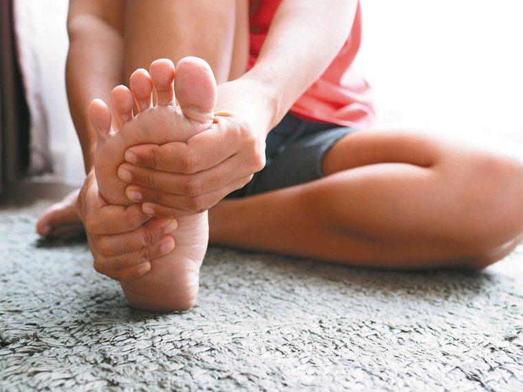 建議足底筋膜炎患者可練習讓筋膜及肌肉強靭,或放鬆足弓和過於緊繃的小腿肌肉。圖/1...