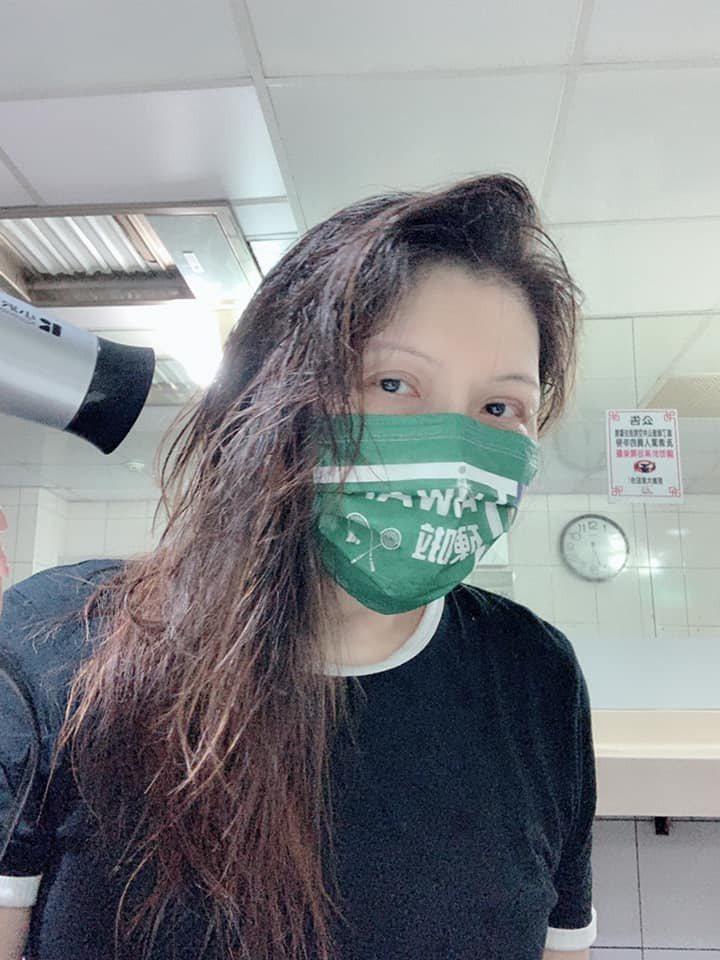 張雅琴素顏戴口罩吹頭髮。 圖/擷自張雅琴臉書