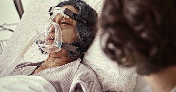畫上老妝的惠英紅,即使躺在病床,眼神都是戲。 圖/雙喜電影 提供