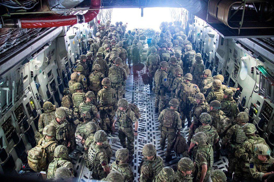 英軍來的撤離部隊。 圖/歐新社
