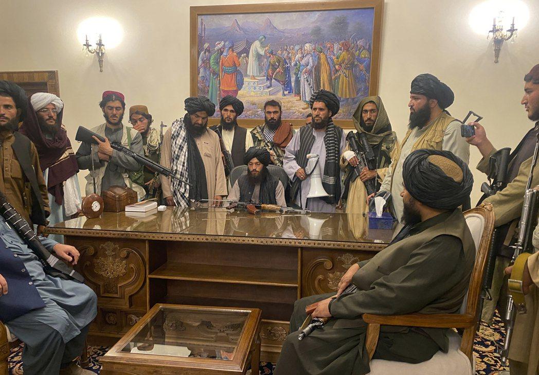 進入阿富汗總統府的塔利班。 圖/美聯社