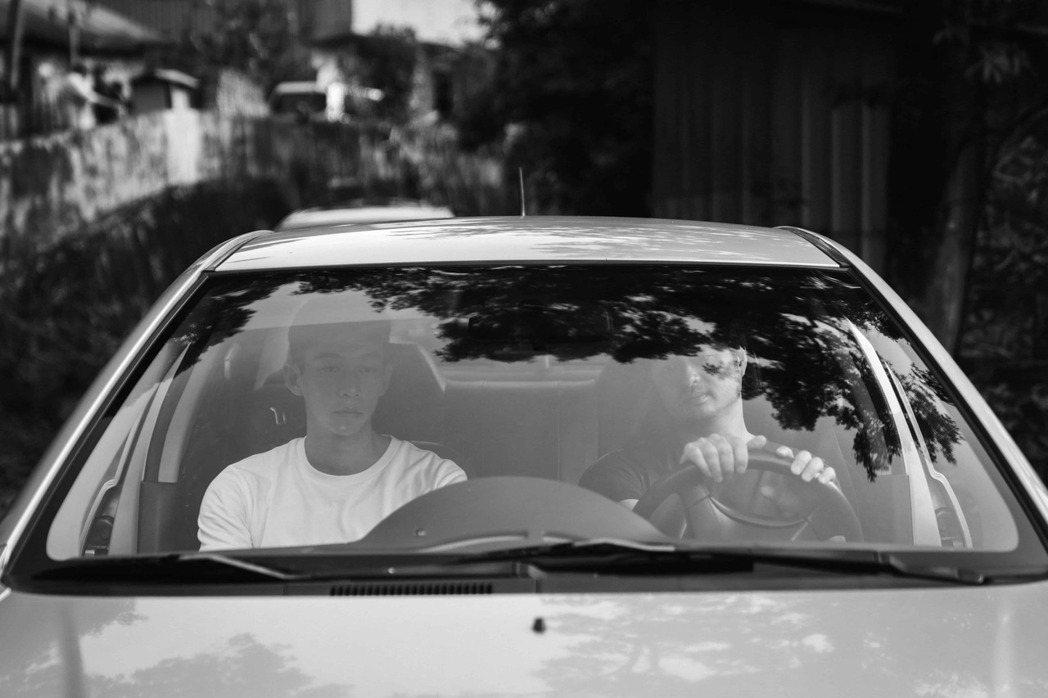鄭有傑、王可元在短片《錦鯉墜落》一同踏上公路之旅。 圖/台北電影節提供