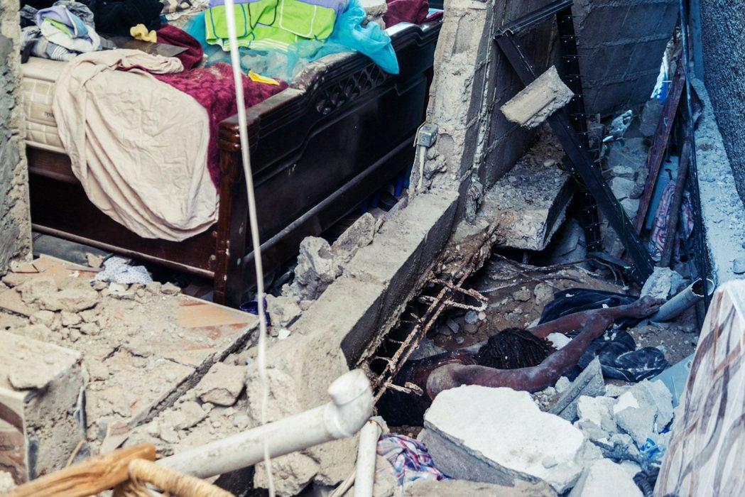 被壓在瓦礫堆中的居民。 圖/法新社