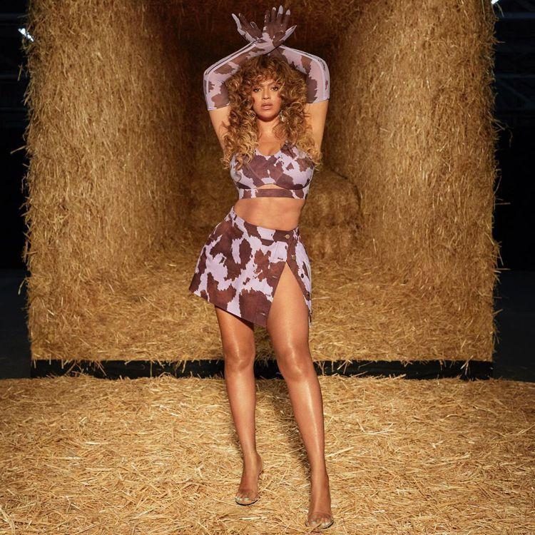 天后碧昂絲親自詮釋IVY PARK新一季系列,秀她著名的「蜜大腿」造型,辣暈全網...