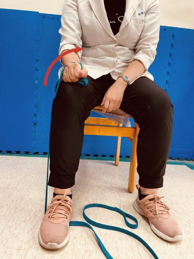 (圖10.旋前肌群等長收縮訓練。動作示範/丁雅婷物理治療師 圖片來源/蔡育霖醫師...