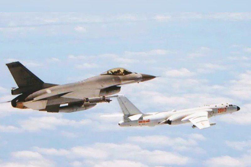 空軍前副司令張延廷表示,空軍戰機升空接敵,其實都是受命「升空驅離」,藉由空中占位將入侵目標擠出我空域。圖/國防部提供