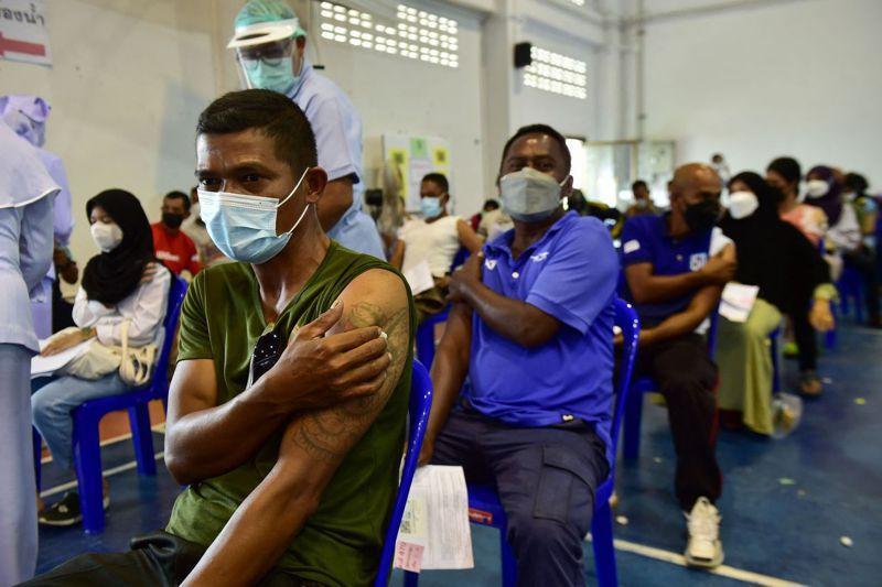 富國搶購輝瑞和莫德納疫苗,一些開發中國家只能選擇陸製疫苗。圖為泰國南部陶公府醫院內,民眾注射科興疫苗。 法新社